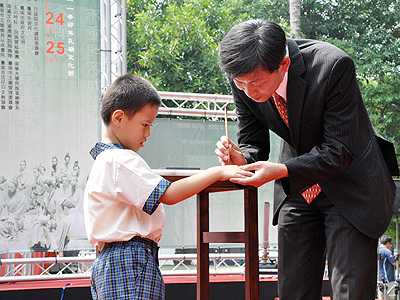 2011孔廟文化節開幕 小一生點硃砂開智慧